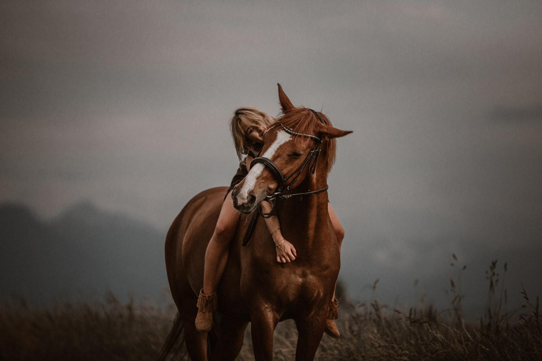 Pferdeshooting in Luzern Gewitter Gewitterstimmung Pferd Pferdefotografin Schweiz Fuchswallach Springpferd Fotoshooting Natürliche Pferdefotos