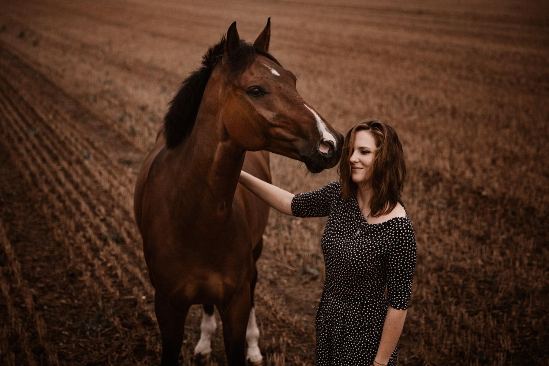 Pferdeshooting Pferdefotografin Schweiz Aargau Regenwetter Pferd und Mensch
