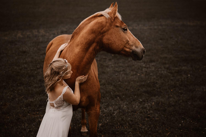 Pferdeshooting Pferdefotografin Schweiz Hochzeitsshooting mit Pferd Brautkleid Vintage Rembo Style