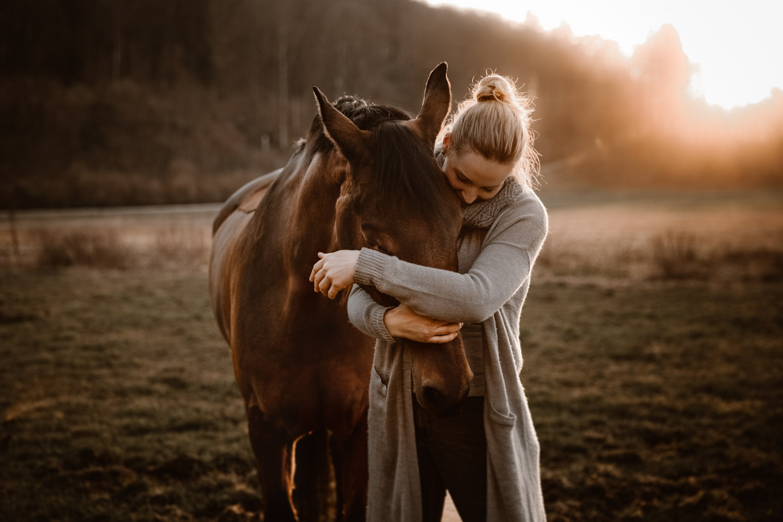 Pferdeshooting Pferdefotografin Schweiz natürlich ungestellt Weitwinkel