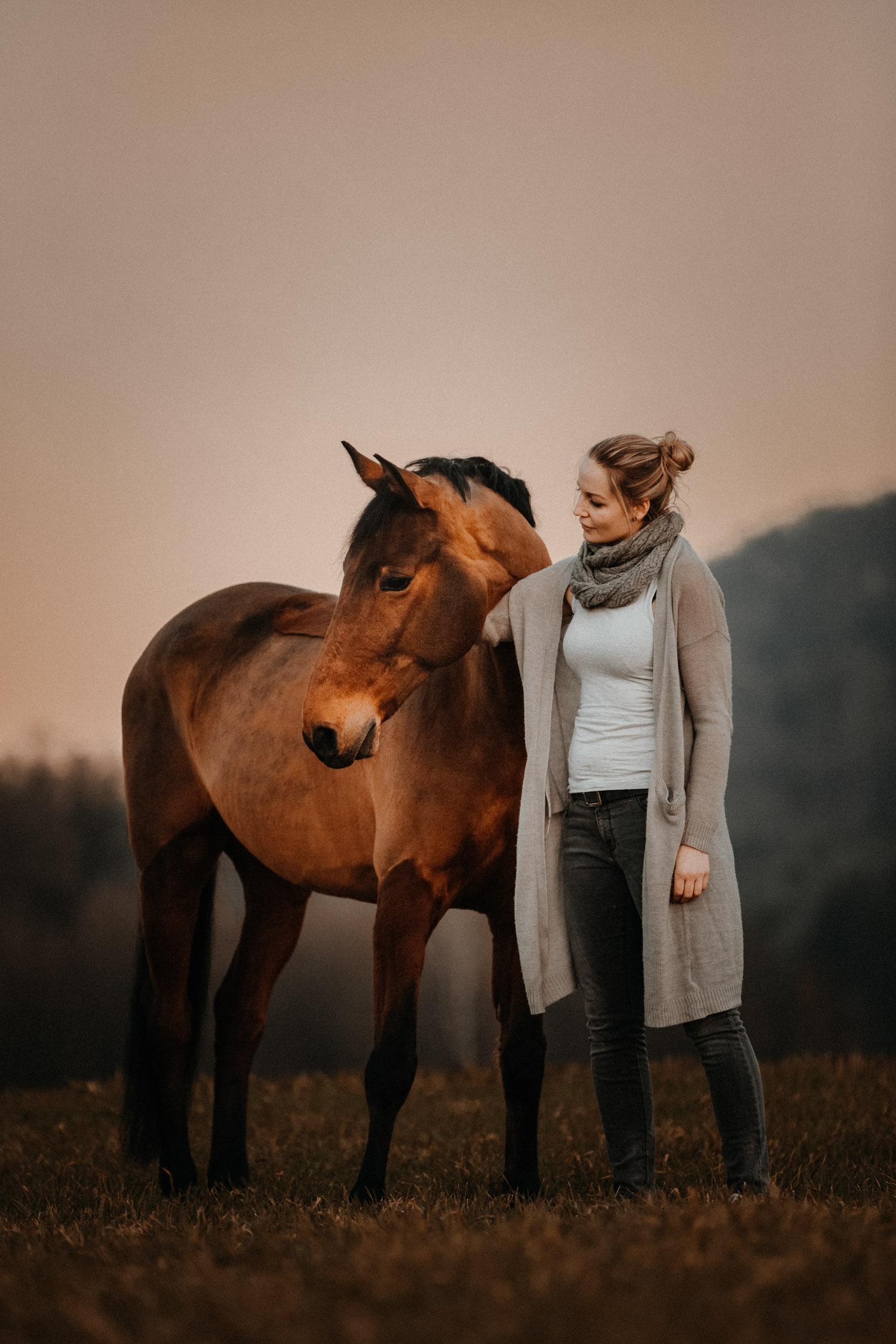 Pferdeshooting Pferdefotografin Schweiz natürlich ungestellt blue hour