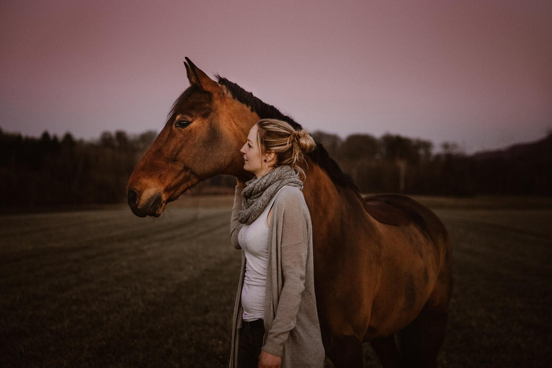 Pferdeshooting Pferdefotografin Schweiz natürlich ungestellt blue hour Sonnenuntergang