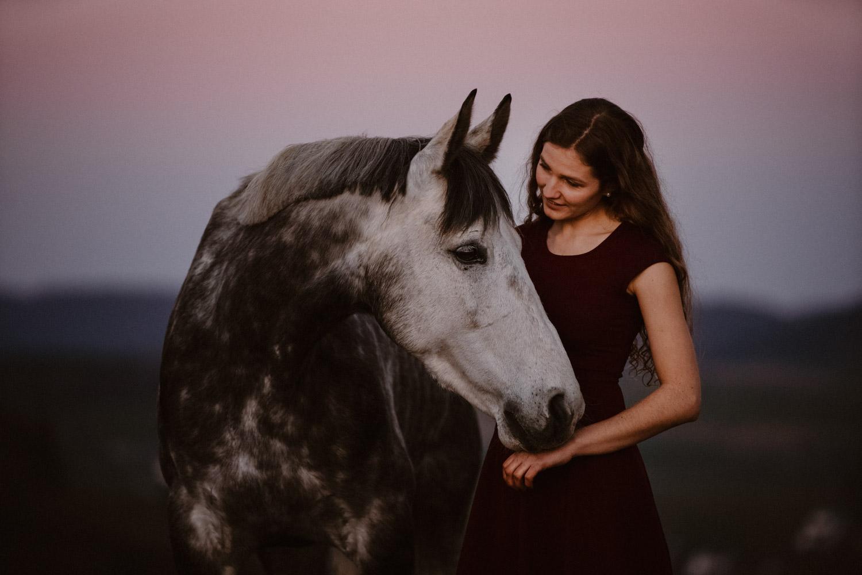 Pferdeshooting Pferdefotografin Schweiz Frühling im Fricktal blue hour Schimmel Pony natürlich ungestellt Sonnenuntergang