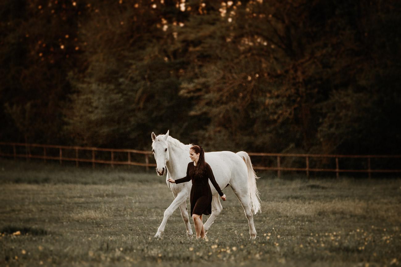 Tabitha Roth Pferdefotografin Pferdeshooting Schimmel natürlich ungestellt Freilauf Portrait Nadja Schweiz